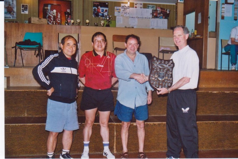 Paul Escott presents the Jackson Shield (2001) to Titan (Nha Nguyen, Malcolm Wong, Lindsay Ward).